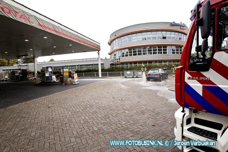 Auto in de brand bij tankstation Total aan de S.M.Hugo van Gijnweg in Dordrecht.