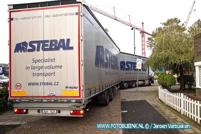 Vrachtwagen rijdt zich klem aan de Merwedestraat in Dordrecht.