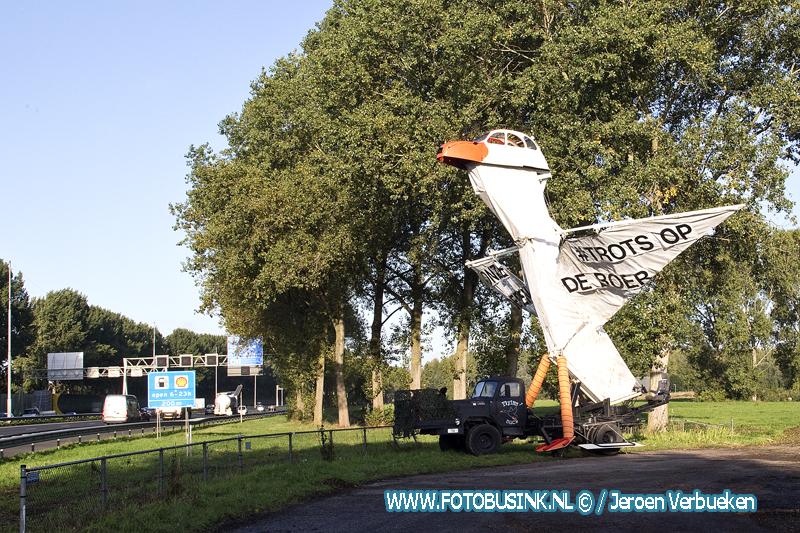 Groot boerenprotest Kunstwerk langs de A15 bij Oud-Alblas.