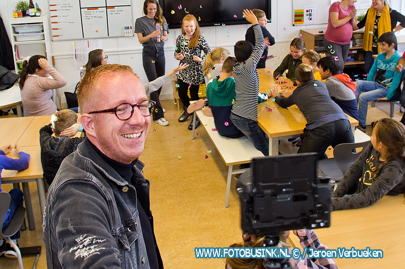 Bekend youtubers Meester Christiaan en Juf Marijke delen prijs uit aan leerlingen IKC De Regenboog uit Dordrecht