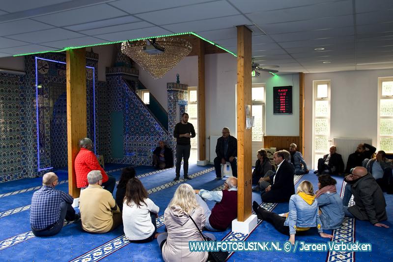 Opendag bij moskee aan de Anjerstraat in Alblasserdam.