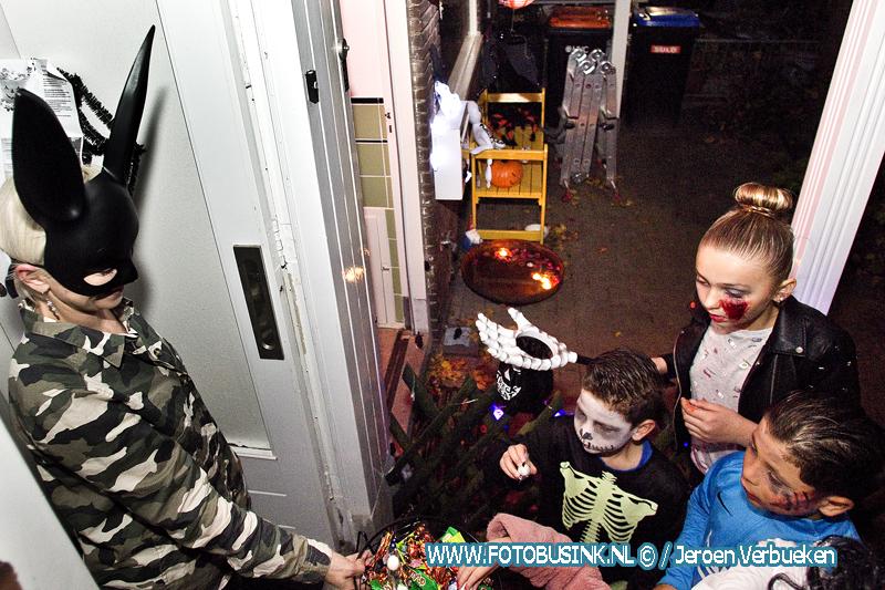 Kinderen genieten van halloweentocht door de wijk Staart