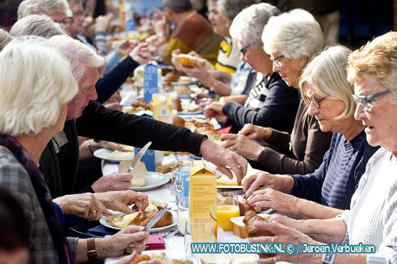 Samen eten aan de langste eettafel van Alblasserdam.