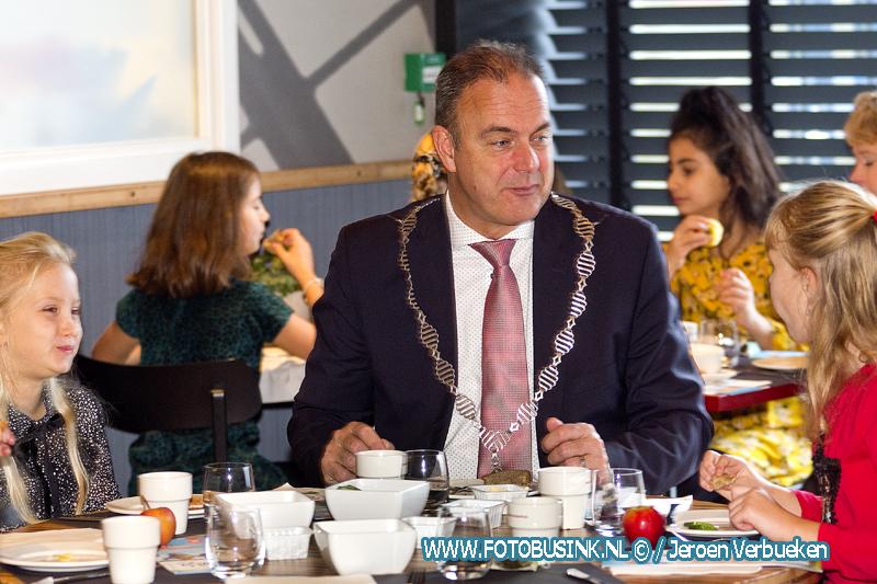 Groep 7/8 van Obs het Palet ontbijten samen met de burgemeester en wethouder van Alblasserdam.