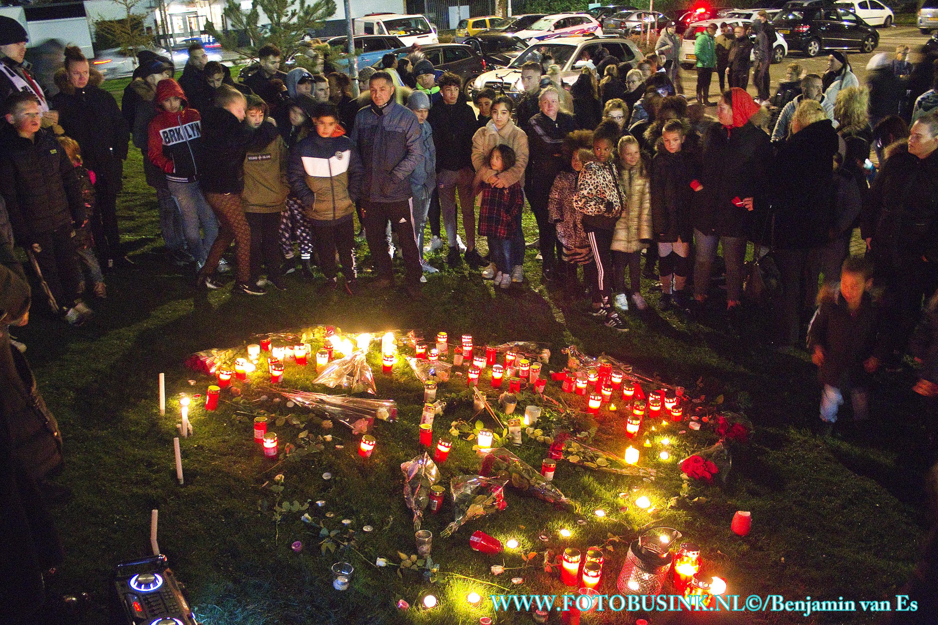Familie ,vrienden en bekenden houden herdenking voor Aymane aan de Zeehavenlaan in Dordrecht.