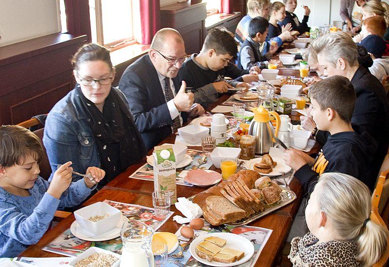 Nationaal schoolontbijt in het Raadhuis van Sliedrecht.