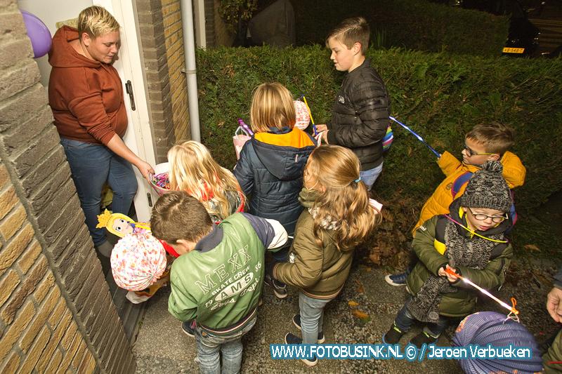Kinderen Baanhoek-West in Sliedrecht vieren Sint Maarten.