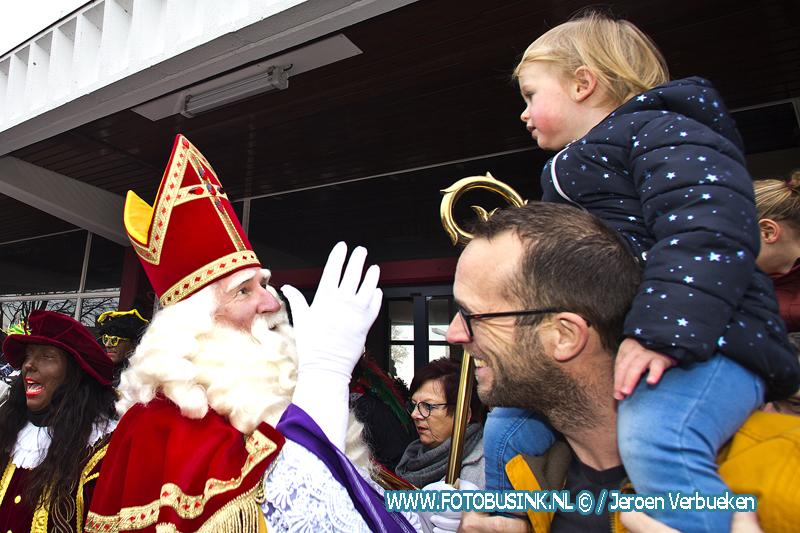 Sinterklaas komt aan met zijn zwarte pieten op het station van Hardinxveld-Giessendam.