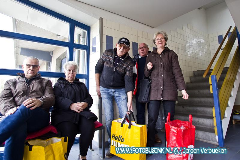 Flatbewoners Pieter de Hoochplaats boos om kapotte lift.