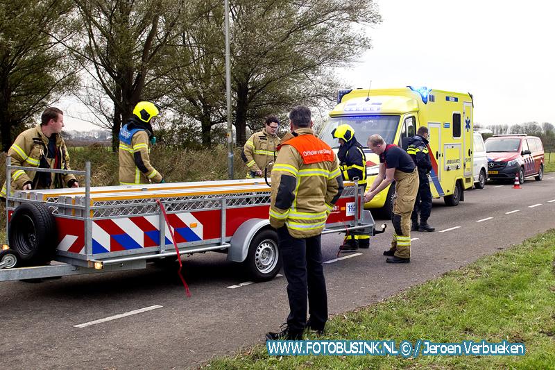 Hulpdiensten bouwen noodbrug in 's-Gravendeel na ongeval met paard en wagen.