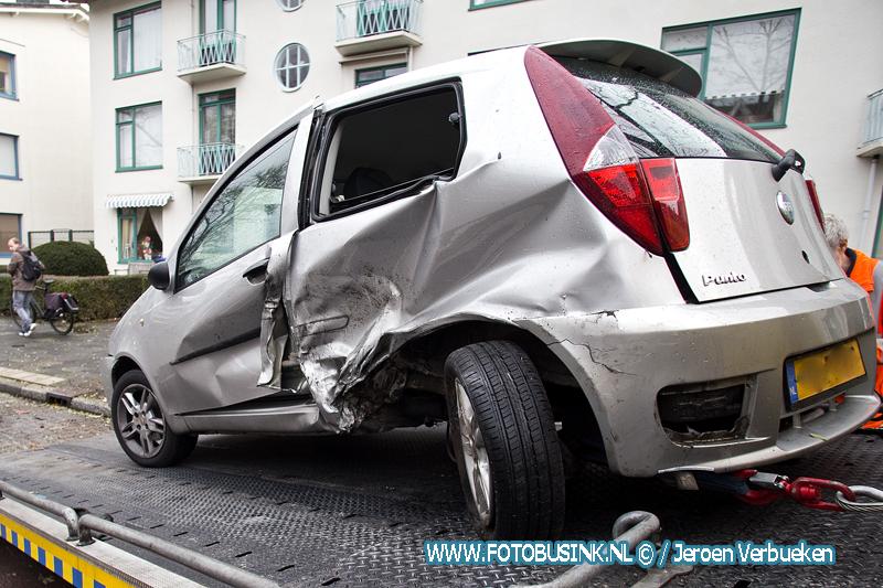 Auto over de kop geslagen bij ongeval op Krispijnseweg in Dordrecht.