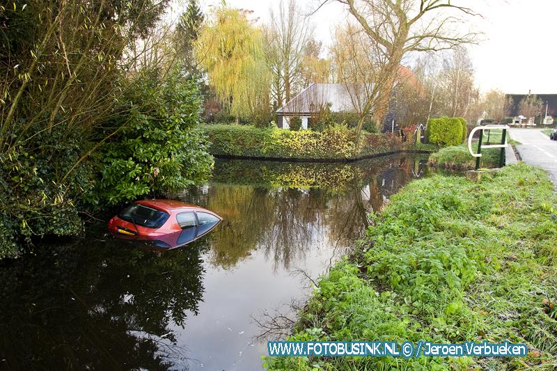 Auto te water aan de Polderweg-West in Bleskensgraaf.