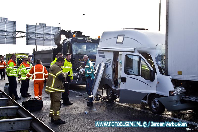 Camper geplet tussen twee vrachtwagen op de A16 knooppunt Ridderkerk.