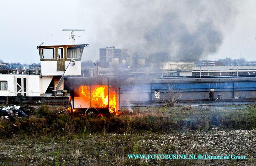 Aanhanger in de brand aan de Veersedijk in Hendrik Ido Ambacht.