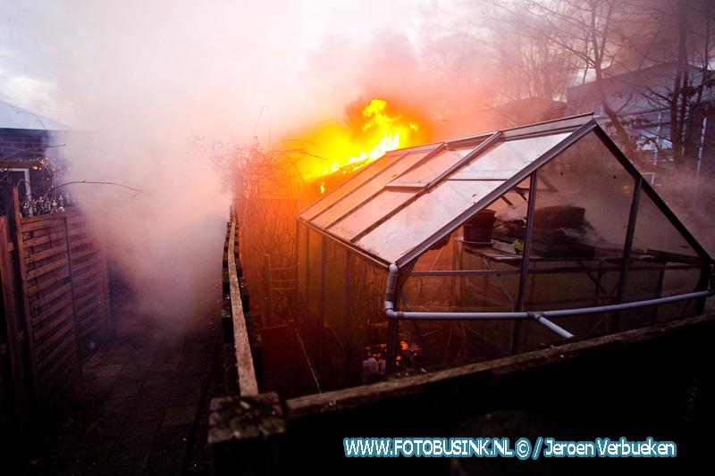Schuur en schutting in de brand aan de Kolblei in Papendrecht.