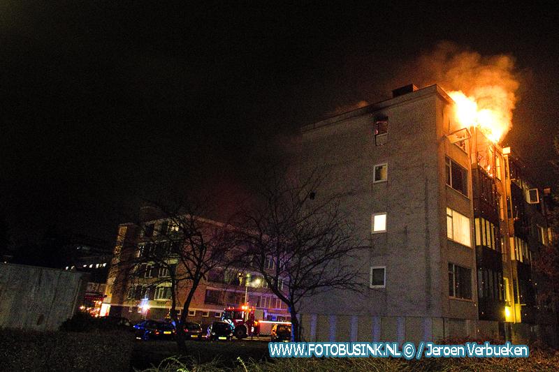 Grote uitslaande brand in portiekflat aan de W.H. Vliegenstraat in Dordrecht.