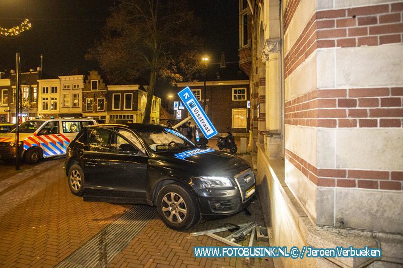Bestuurder rijdt verkeersborden uit de grond en ramt gevel in binnenstad van Dordrecht