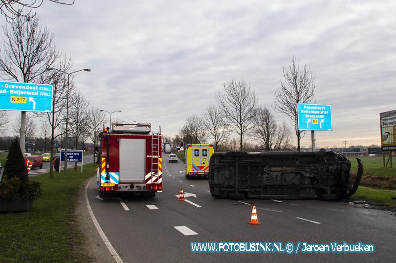 Bestelbus belandt op zijn kant op de Aquamarijnweg in Dordrecht.