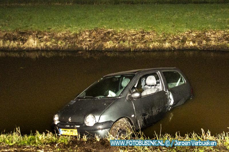 Auto te water aan de Voordijk in Hoornaar.