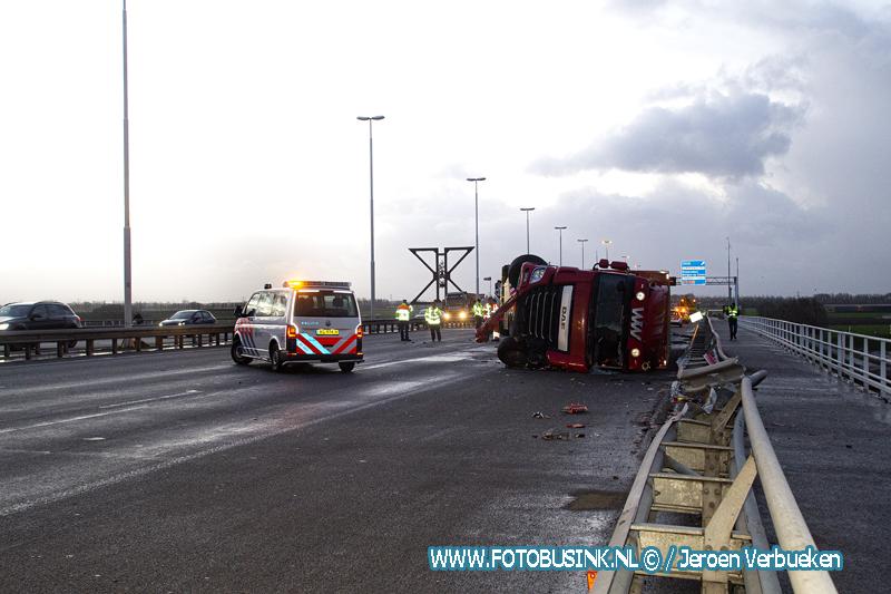VIDEO - Vrachtwagen op zijn kant Moerdijkbrug.