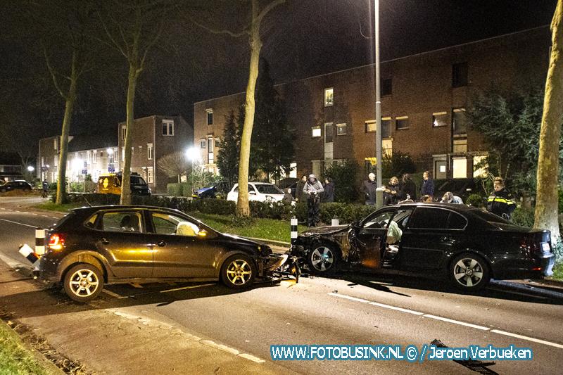 Twee auto's klappen frontaal op elkaar aan de Stadspolderring in Dordrecht.