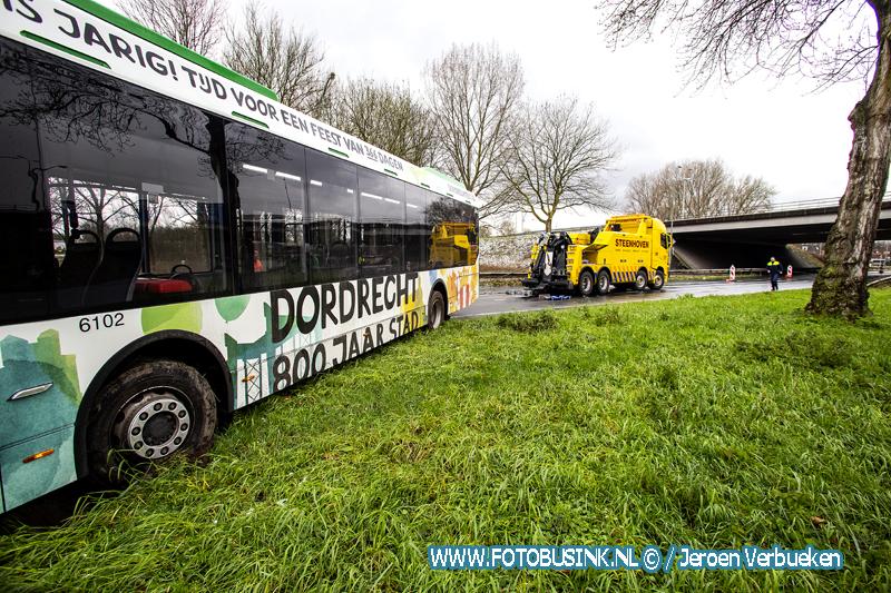 Vrachtwagen verliest trailer aan de Provincialeweg in Dordrecht.