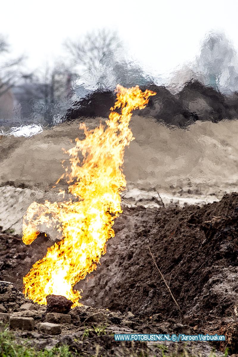 Geraakte gasleiding vat vlam tijdens werkzaamheden aan De Baak in Hendrik-Ido-Ambacht.