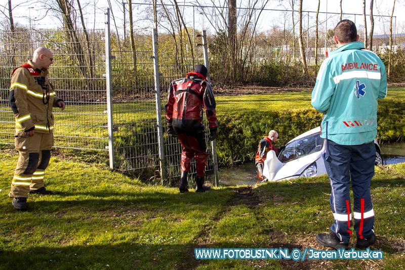 Achtergelaten auto aangetroffen in sloot aan de Schenkeldijk in Dordrecht.