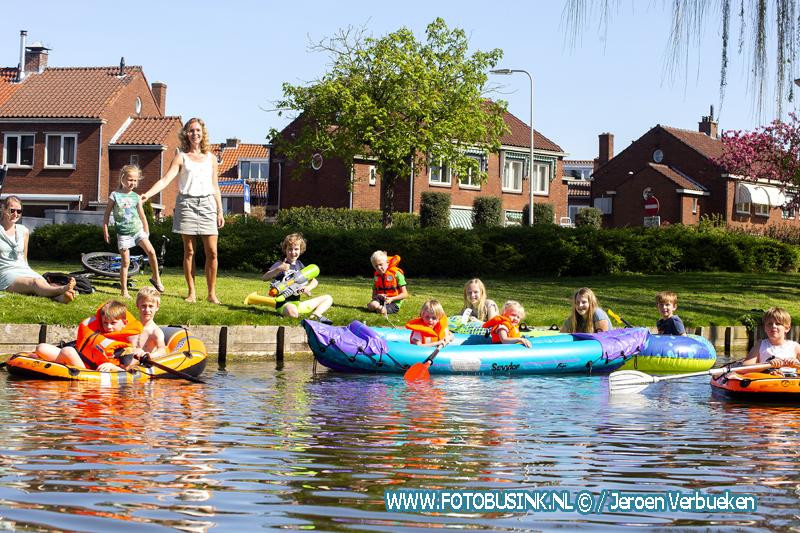 Kinderen genietenop het water.