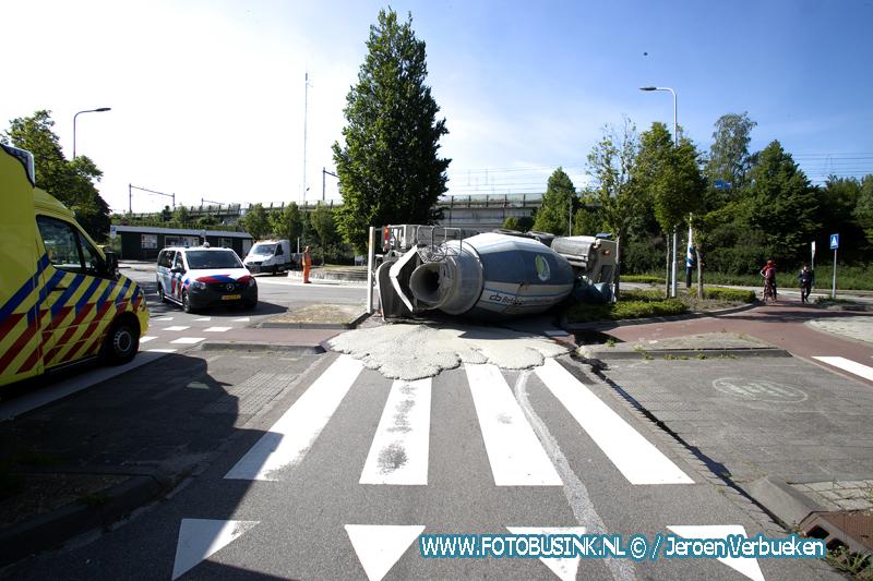 Wagen vol cement gekanteld in Zwijndrecht.