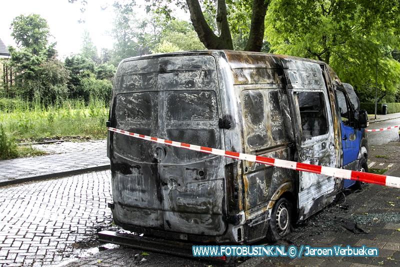 Busje verwoest door brand aan de Colijnstraat in Dordrecht.