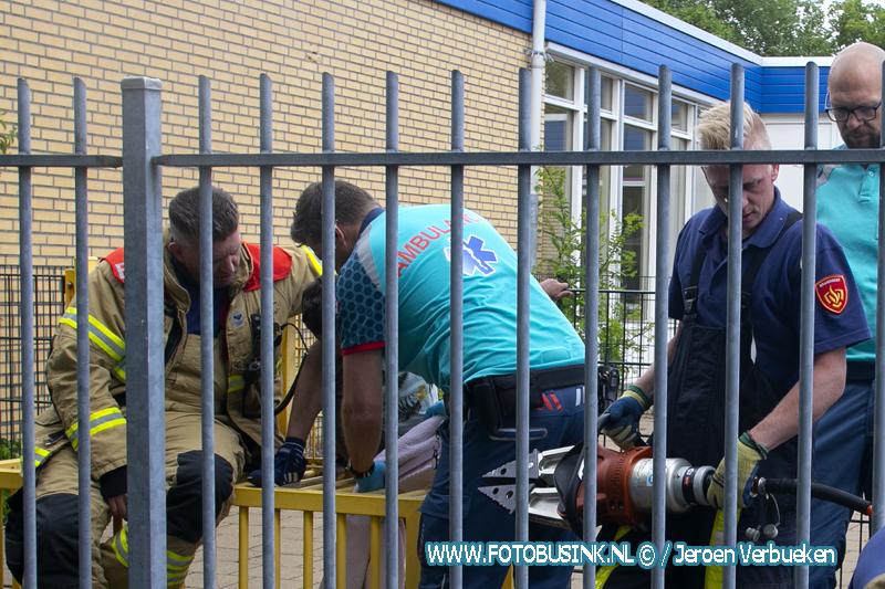 Brandweer Dordrecht bevrijdt jongetje die vast zat tussen spijlen doeltje Dordrecht