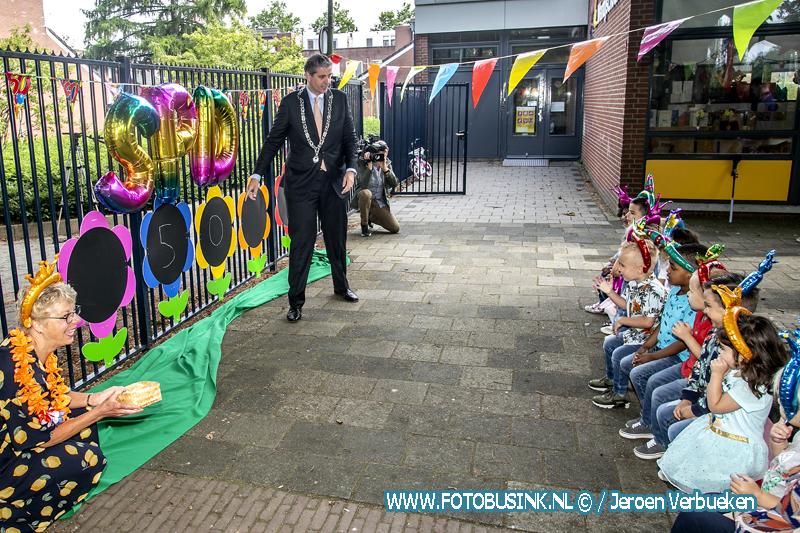 Dordtse burgemeester Kolff onthult krijtborden bij peuteropvang De Berenboot.