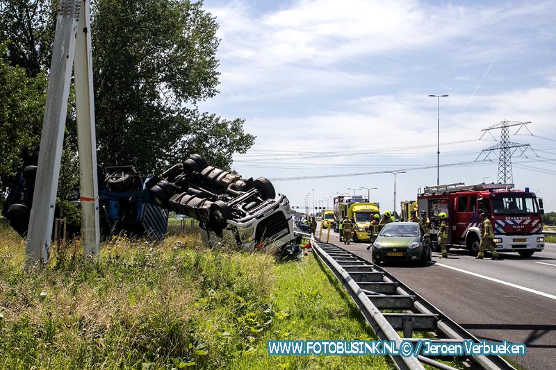 Vrachtwagen op zijn kop na ongeval Rijksweg A16 Dordrecht.