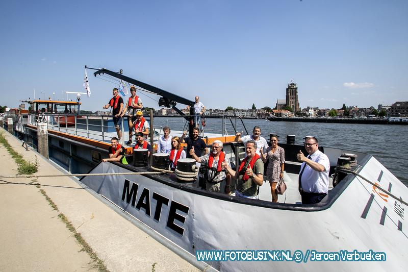 Wethouder Tycho Jansen verwelkomt de leerlingen van het opleidingsschip MATE in de Maashaven van Zwijndrecht.