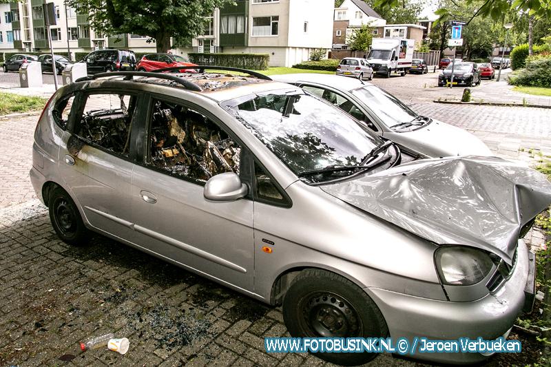 Auto verwoest door brand aan de Troelstraweg in Dordrecht.