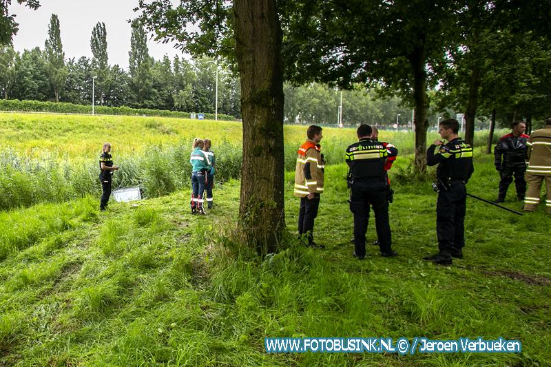 Achtergelaten auto in sloot aangetroffen aan de Middelweg in Dordrecht.