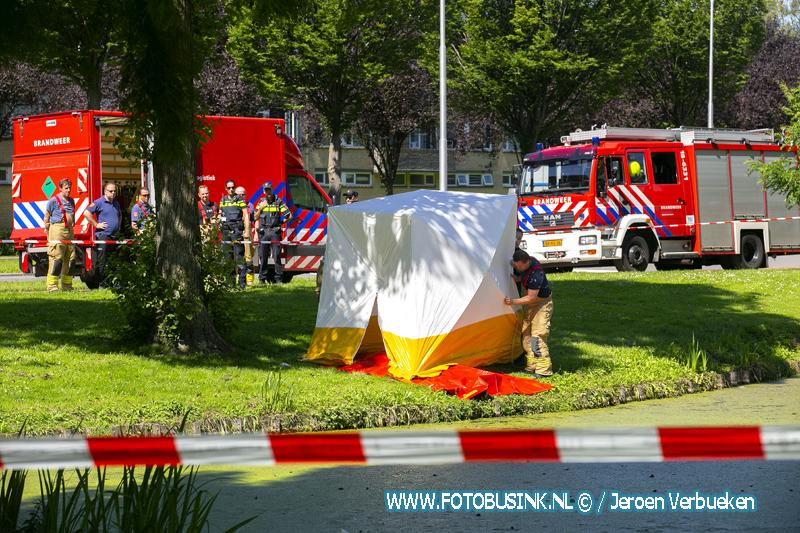Hulpdiensten halen dode man uit het water aan de Plantageweg in Zwijndrecht.