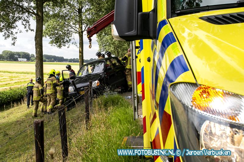 Hulpdiensten treffen vrouw onder auto aan de Zuidendijk in Dordrecht aan.