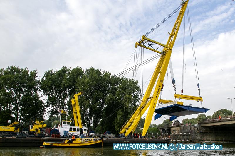 Nieuw brugdeel voor de Dordtse Wantijbrug aan de N3 geplaatst.