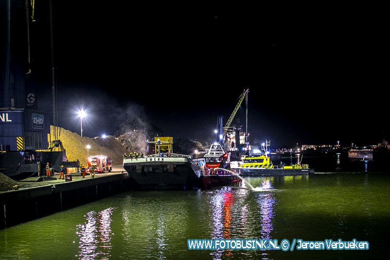 Brand op schip aan de van Leeuwenhoekweg in Dordrecht.