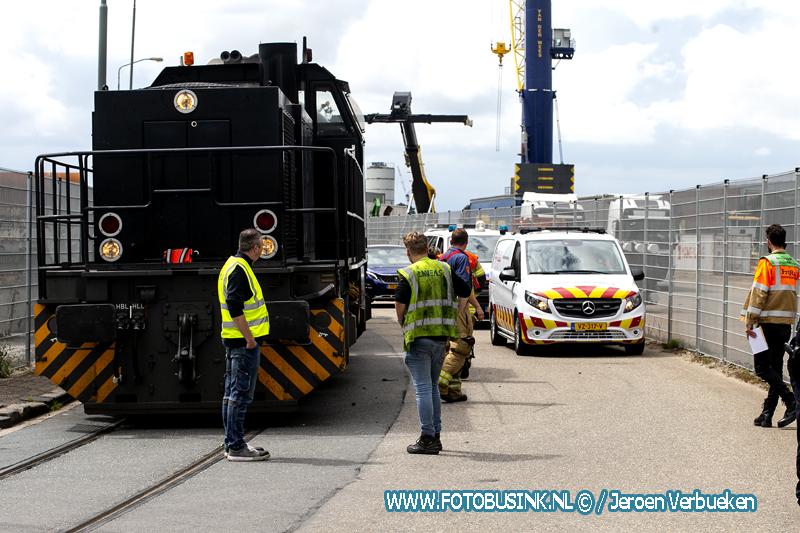 Locomotief botst op vrachtwagen aan de 's-Gravendeelsedijk in Dordrecht.
