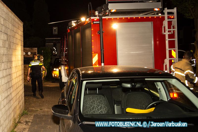 Veel hinder voor brandweer door geparkeerde auto's bij middel woningbrand aan de Arentsburg in Dordrecht.