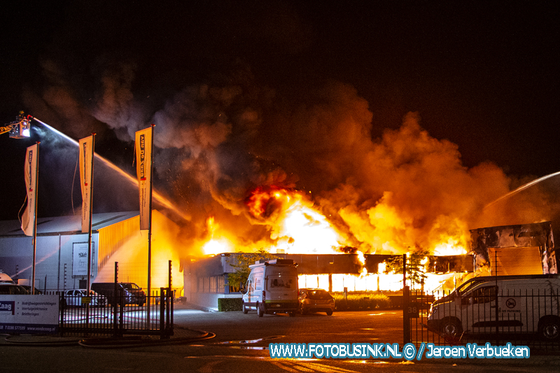 Zeer grote brand in garagebedrijf aan de Chr.Huygensstraat in Numansdorp.