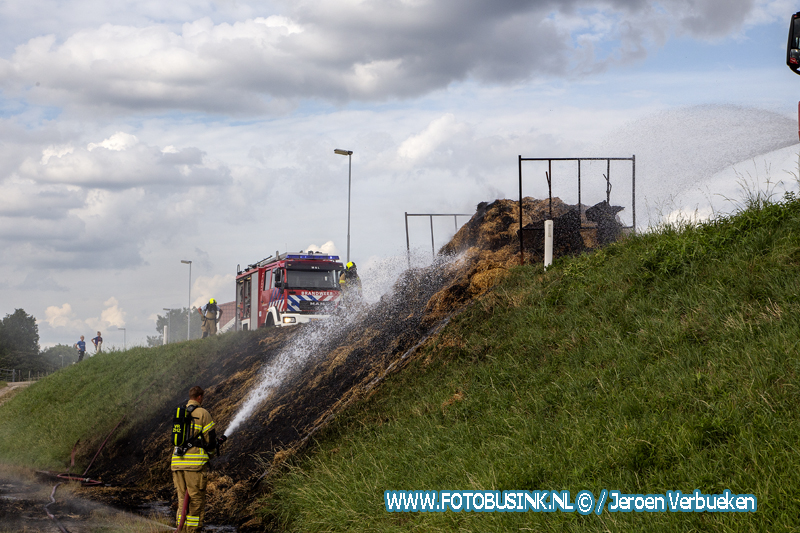 Aanhanger met hooibalen vliegt in brand in Heerjansdam.