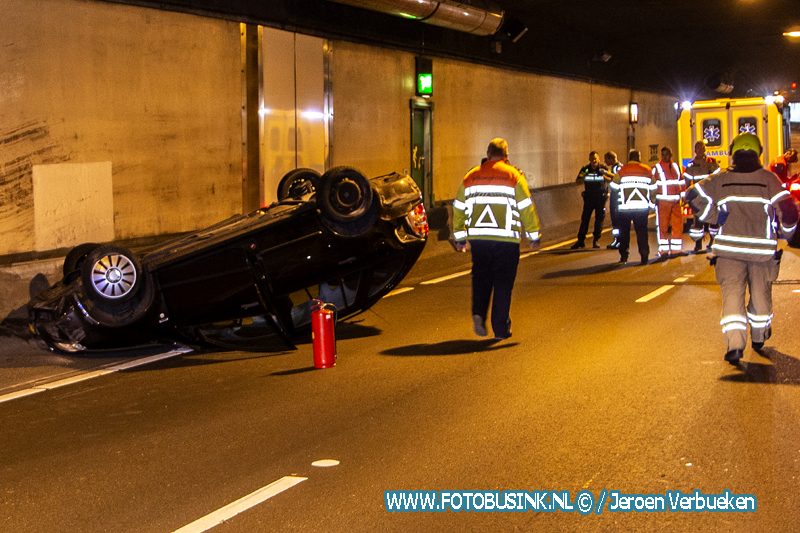 Auto op zijn kop na ongeval in Drechttunnel.