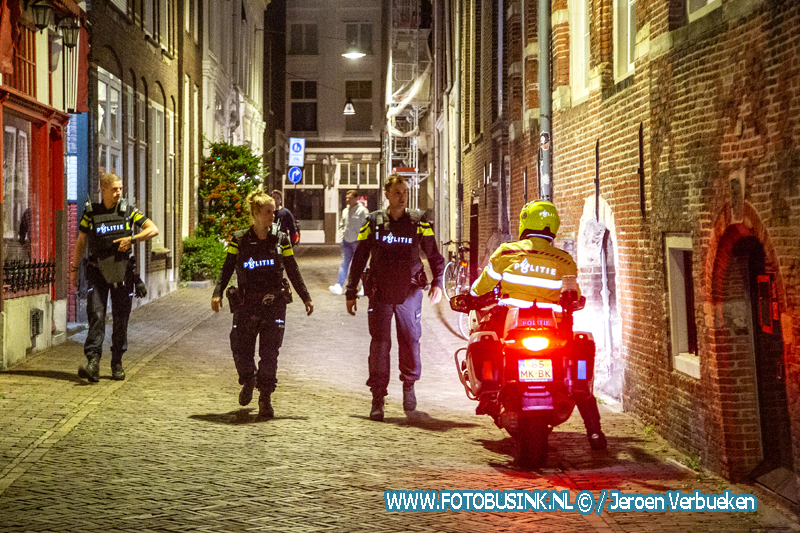 Politie met kogelvrije vesten naar melding schietpartij aan de Nieuwstraat in Dordrecht.