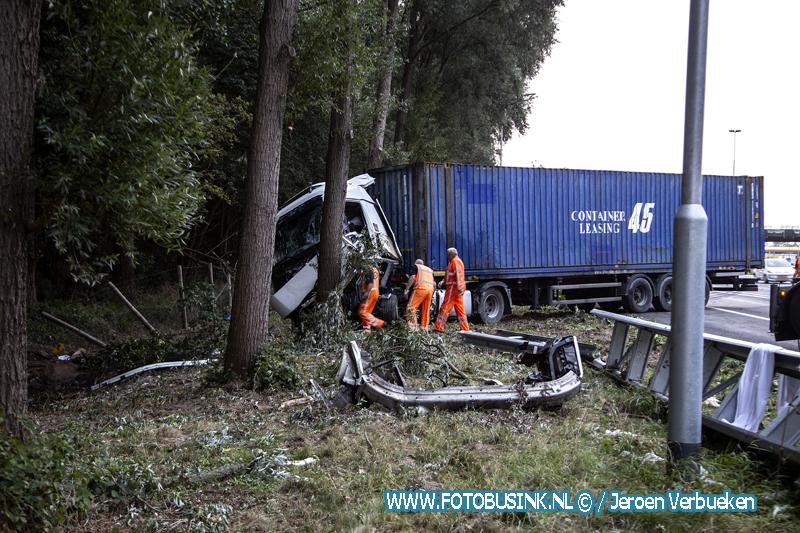 Flinke klus voor de bergers na ongeval vrachtwagen A16 Dordrecht.