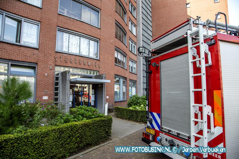 Brandweer Dordrecht opgeroepen voor wateroverlast in Het Sterrenwiel aan het Dalmeyerplein.