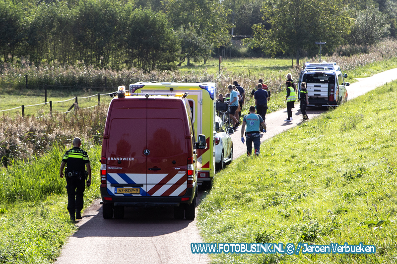 Oplettende hardlopers redden man met scootmobiel uit sloot aan de Wieldrechtse-Zeedijk in Dordrecht.